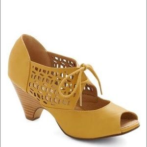 Chelsea Crew Modcloth lace up shoes in mustard